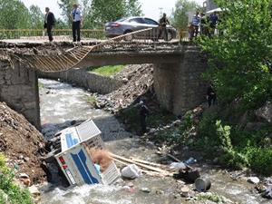 Muş'ta kamyonet dereye yuvarlandı: 1 ölü