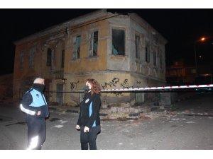 Tarihi binanın çatısından beton parçaları koptu