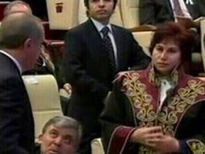 Danıştay Başkanı Başbakan'ın önünde cübbesini ilikledi