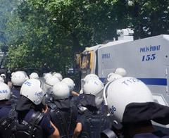 """Sendika üyelerinin """"Soma"""" yürüyüşüne polis engeli"""