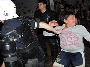 Küçük çocuğu gözaltına almak isteyen polise tepki