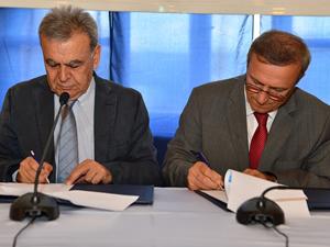 İzmir'e 3 yeni arabalı vapur alımı için imzalar atıldı