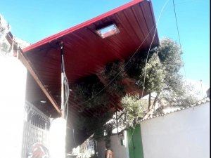 Söke'de fırtına evin çatısını uçurdu