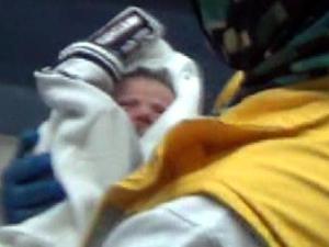 2 günlük bebeği okul duvarına bıraktı