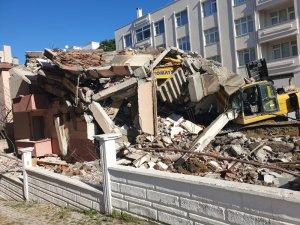 İş makinası ve operatör inşaatın altında kaldı