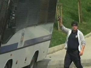 Okmeydanı'nda taşlanan polis aracı