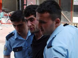 Çevik kuvvet üniformasıyla polislere saldırdı