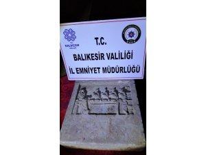 Balıkesir'de 2 bin yıllık mezar stelini satamadan yakalandı