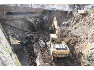 Büyükşehir Belediyesi, Tabakhane Deresi'ndeki çöken duvarın yapımına başlandı