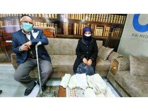87 yaşındaki nine ördüğü çorapları Mehmetçiğe hediye etti