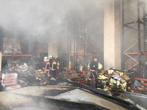 Başkentte çıkan yangında gıda deposu küle döndü