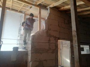 Çatı arasındaki kaçak oda yıkıldı