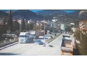 Motosiklet ile otomobilin çarpıştığı kaza güvenlik kameralarına yansıdı