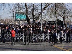 Beşiktaş'a taraftarlardan meşaleli karşılama