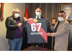 Başkan Bozkurt'a maden şehidi forması