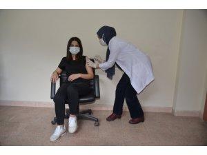 Kadın kaymakam ilk doz aşısını yaptırdı