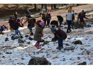 Çocuklar hem oynadı hem çevre temizliği yaptı