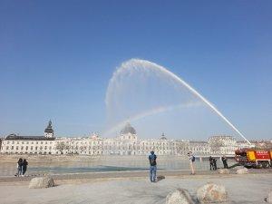 Lyon'da itfaiye aracının su boşalttığı anlarda renkli görüntüler ortaya çıktı
