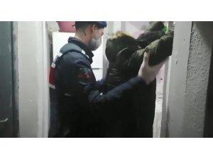 Yakalandıklarını anlayan uyuşturucu tacirleri sobada uyuşturucuyu yakmaya kalktı
