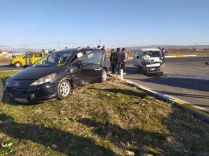 Kavşakta 2 otomobilin çarpışması neticesinde 5 kişi yaralandı