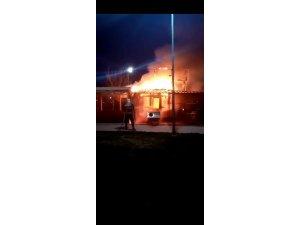 Tarsus'ta çıkan yangında iş yeri kül oldu