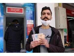 İşsiz genç ATM'de bulduğu parayı banka yetkililerine teslim etti