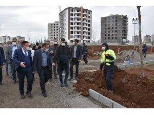 Bağlar'da yılın ilk asfaltlaması Ahmed Arif Caddesine yapıldı