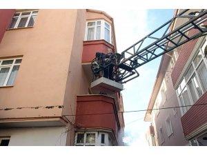 3 katlı binada çıkan yangında mahsur kalan kadını itfaiye kurtardı