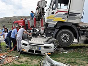 Kaza sonrası tırın altında 1.5 saat geçirdiler