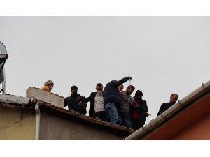 Komşuları beslediği hayvanları şikayet edince çatıya çıktı