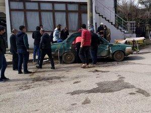 Beton mikseri otomobile çarptı: 3 yaralı