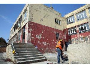 Mardin'de risk oluşturan okulun yıkımına başlandı
