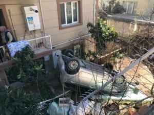 Otomobil bahçeye uçtu, 10 yaşındaki çocuk altında kaldı