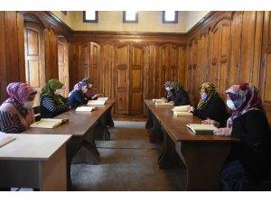 Kadınlar Şahinbey'in kurslarında Kuran-ı Kerim okumayı öğreniyor