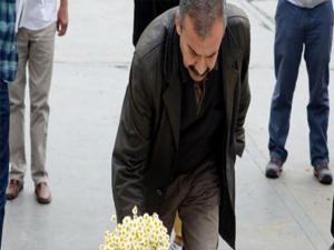 Önder Gezi Parkı'na çiçek bıraktı