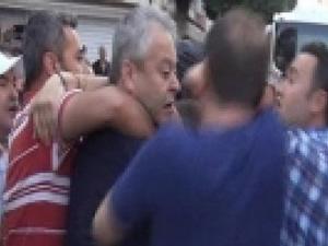 Polis CHP'li vekilin boğazına sarıldı