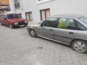 Sokağa girip araçların lastiklerini kestiler