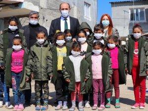 Sera eğitimi verilen tarım işçilerinin çocuklarına mont dağıtıldı