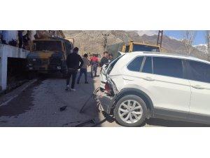 Freni boşalan gıda yüklü zırhlı araç park halindeki otomobile çarparak durdu