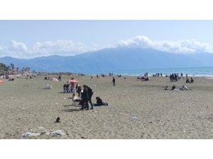 Hatay'da yasaksız ilk pazarda sahillere akın ettiler