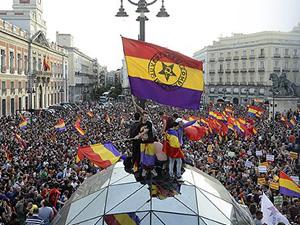 Kralın istifası sonrası İspanya halkı Cumhuriyet için sokağa döküldü