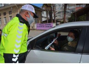 Polis ekipleri ceza için değil çiçek vermek için durdurdu