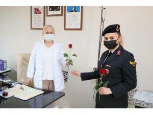 Jandarmadan kadınlara gül