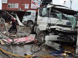 Tır şoförü kontrolü kaybedince ortalık savaş alanına döndü