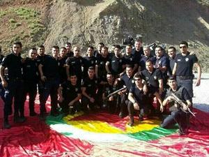 Polisin PKK bayrağı üzerinde fotoğraf çekti!