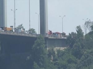 Köprüde yangın çıktı, trafik felç oldu