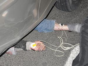 Otomobil altında sürüklendi