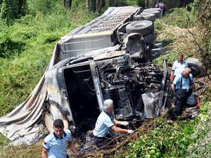 Şarampole devrilen kamyon alev aldı: 1 ölü, 1 yaralı
