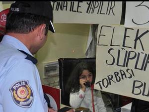 Polislere telefonda fıkra anlattı