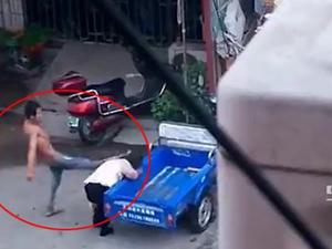 Karısını sokak ortasında dövdü
